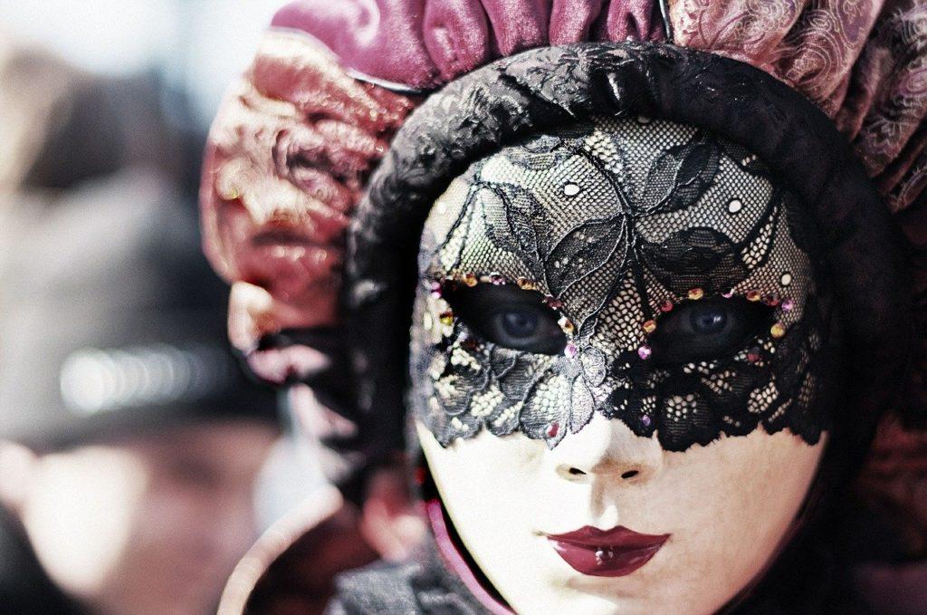 Garder son masque pour ne pas montrer sa vulnérabilité enceinte